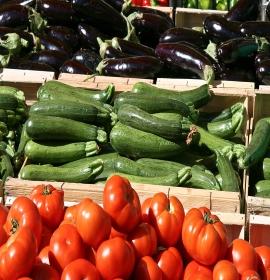 1280px-Légumes_pour_ratatouille_au_marché_d'Apt