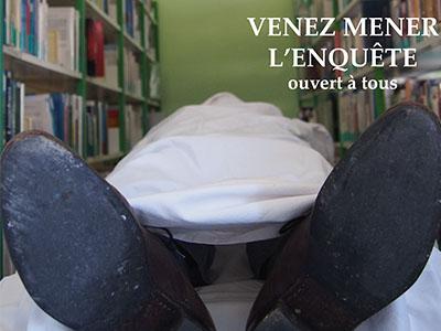Homme allongé dans la bibliothèque